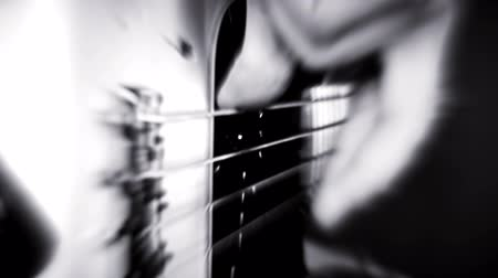 complesso jazz : Bass Guitarist Bass Guitar. Luci esplosive e video blured