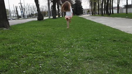 pelyhes : Girl hopping and runs away from camera