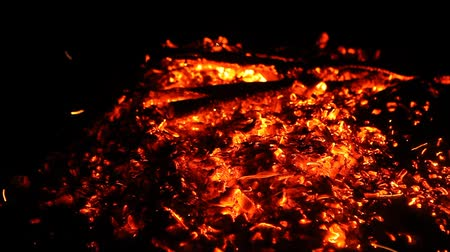 fornalha : Close up of hot burning fire wood coal embers ashes Vídeos