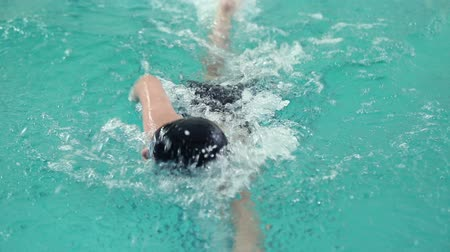 evezés : Swimmer swims in the pool crawl