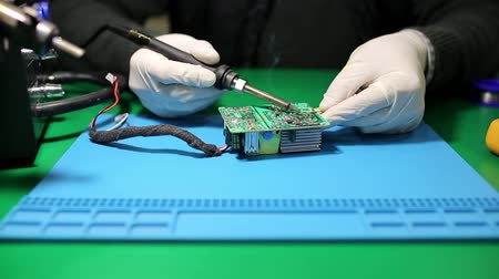 tranzistor : The Man Solders A Chip