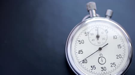 začít : Video showing close-up chronograph in action