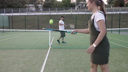 Guy with a girl warm up before playing tennis Vídeos
