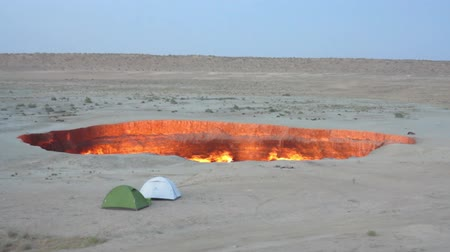 получать : Darvaza Gas Crater Pit Breathtaking Close Up Flames View with Tents