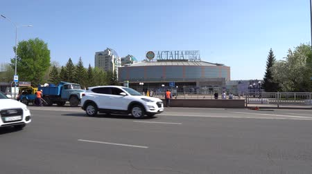 kazahsztán : Road Workers at the Road in Front of Nur-Sultan Astana Concert Hall While Cars Are Passing Through on a Sunny Blue Sky Day