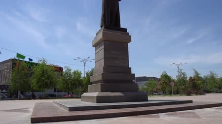 költő : Taraz Tolebi Square Statue of Tole Bi Holding a Turban on a Blue Sky Day