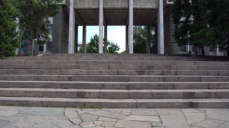 façanha : Almaty Memorial of Glory Podvig Feat Low Angle View at Pillars Gate and Huge Communist
