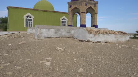 霊廟 : Shahruz Shahritus Chiluchor Chashma Springs Green Colored Mausoleum of Kambar Bobo on a Sunny Blue Sky Day
