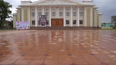 культурный : Qurghonteppa Bokhtar Kurgan Tobe Theater Picturesque Breathtaking Frontal View on a Cloudy Rainy Day Стоковые видеозаписи