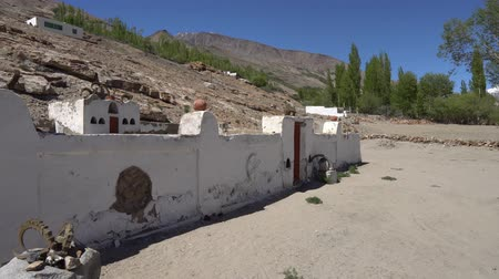 Pamir Highway Open Air Mazar Shrine Oston Wakhan Corridor met Steenbok Marco Polo Horns Skulls op een Blue Sky Sunny Day