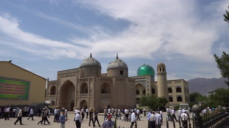 минарет : Khujand Sheik Muslihiddin Mausoleum at Panjshanbe Bazaar During Ramadan after Friday Prayer Muslims are Leaving the Mosque on a Sunny Blue Sky Day