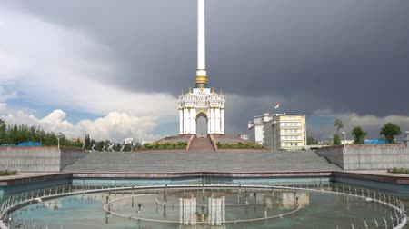 アピール : Dushanbe Independence Monument Breathtaking Picturesque Fountain on a Cloudy Rainy Day
