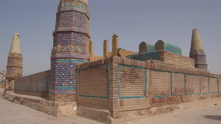 yedi : Sukkur Sateen Jo Aastan Tomb of Seven Sisters Resting Low Angle Side View on a Sunny Blue Sky Day Stok Video