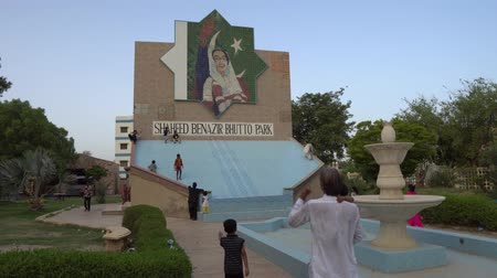 Hyderabad Shaheed Benazir Bhutto Children's Park met Monument op Sunny Blue Sky Day Stockvideo