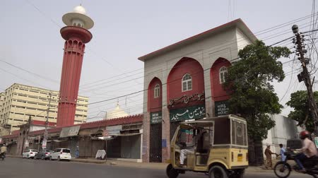 rickshaw : Karachi New Memon Masjid Mosque Main Gate Entrance View at Jinnah Road with Busy Traffic on a Cloudy Day