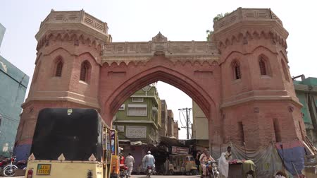 霊廟 : Multan Haram Gate Fronting Entrance View with Rickshaw Walking People on a Sunny Blue Sky Day 動画素材