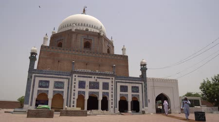 költő : Multan Darbar Hazrat Bahauddin Zakariya Multani Tomb Muslims are Exiting and Entering the Mausoleum on a Sunny Blue Sky Day