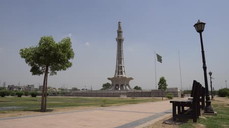 mastro de bandeira : Lahore Minar-e-Pakistan National Monument with Waving Pakistan Flag at Iqbal Greater Park on a Blue Sky Sunny Day Vídeos