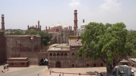 temyiz : View of Badshahi Mosque and Gurdwara Dera Sahib Sikh Temple from the Lahore Fort on a Sunny Blue Sky Day