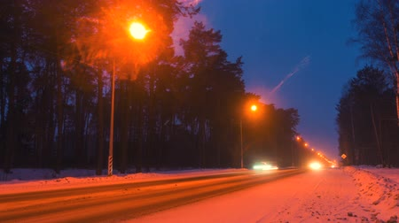 лед : Winter highway road at night. View on night highway, 4k time lapse.