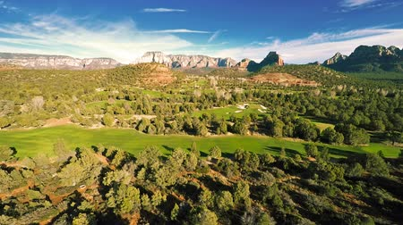 golfe : Aerial view of a golf course Vídeos