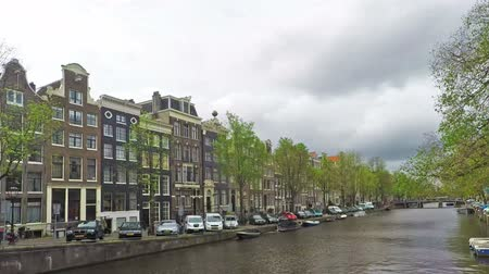 holandês : Time lapse video of a canal in Amsterdam, Netherlands