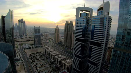 Time lapse of Dubai skyline and rush hour traffic in downtown Стоковые видеозаписи