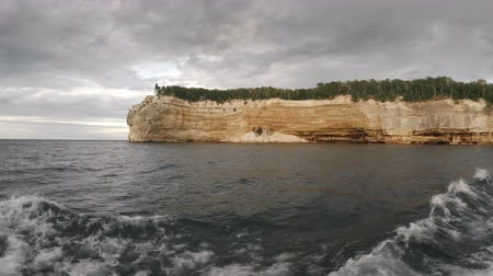 superieur : Formation rocheuse d'Indian Head à Pictured Rocks National Lakeshore Vidéos Libres De Droits