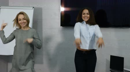 parceiro : Young female business people dancing happy in office. Happy business team celebrating victory and dance in office. 4k