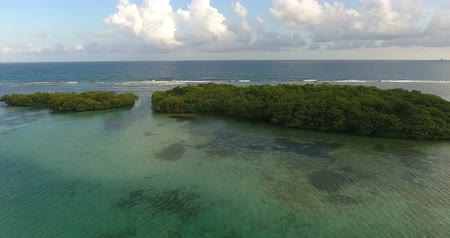 maldív szigetek : Aerial drone birds eye view video on sea waves and rocks, turquoise water. tropical paradise pacific atoll islands. Top view. Shot in 4k