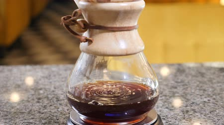 feijões : Slow motion of Modern method of coffee brewing. Busy coffee shop. close up of coffee making. Drops of coffee. hd Vídeos