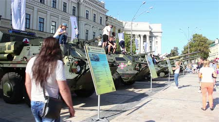 caqui : KYIV, UKRAINE - AUGUST 23, 2018: an exhibition of modern weapons and military equipment. Stock Footage