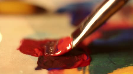 squeeze : Artist mixes paint on the palette. Stock Footage
