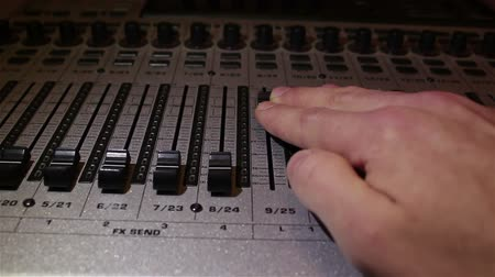 amplificador : Sound engineer lowers the sliders of the sound tracks on the sound mixer, turning off the sound. Vídeos