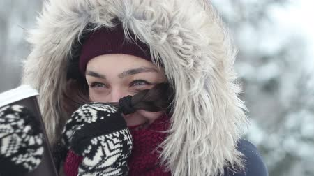 don : Beautiful young girl drinks coffee in the winter forest. Stok Video
