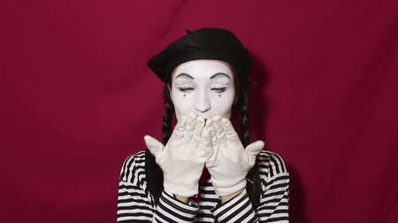 актер : Beautiful girl mime sends air kiss and smiles looking at the camera. Beautiful girl in the image of a mime sends air kiss looking at the camera. Стоковые видеозаписи