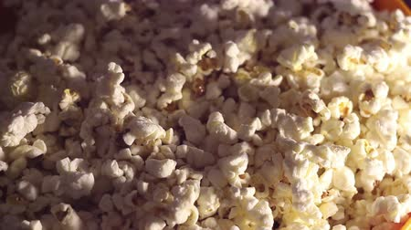 pop corn : Fresh crispy popcorn drops in a bucket. Fresh hot popcorn drops in a bowl. Vidéos Libres De Droits