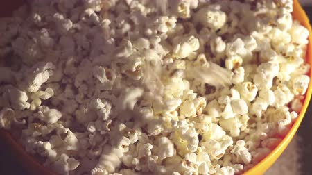ganância : Fresh crispy popcorn drops in a bucket. Fresh hot popcorn drops in a bowl. Vídeos
