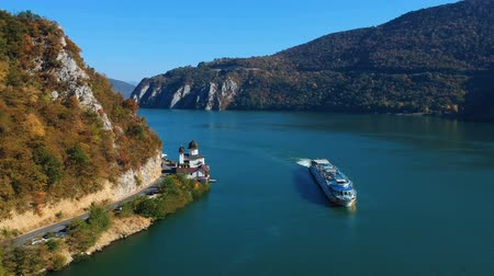 лодки : Autumn aerial view of Danube Gorge, Romania Стоковые видеозаписи