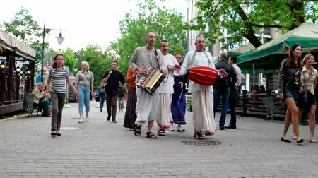 tanítvány : Kherson, Ukraine 20 May 2016: Hare Krishna members of the group of religious trends within Vaishnavism, people go to the city worshiped Krishna pilgrims sing, beat the drum in Kherson, 20 May 2016.