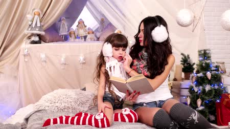 periódico : older sister read together with the younger, The girls read the book, happy family