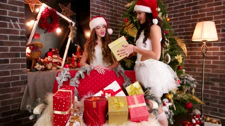 boite aux lettres : Les jeunes filles préparent des cadeaux pour le Nouvel An, les cadeaux de Santa Claus packs, Merry Beauties préparent pour Noël, Merry Christmas holiday en hiver, New Years Eve, costume de carnaval et Santa hat