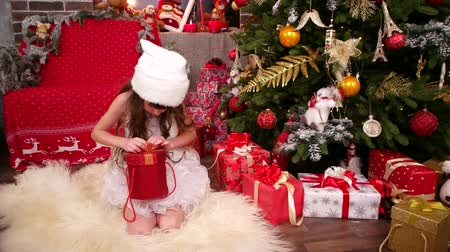 elfo : Happy child with New Years gift, close-up of little girl in Snow Maiden costume, happy Christmas holiday with presents, Christmas tree, assistant of Santa Claus