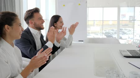 spolupracovníci : happy business group clapping hands In slow motion, employees applaud in office, colleagues near desk at conference meeting, managers smile and clap at table on business center