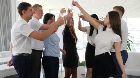 spolupracovníci : Business partners celebrate success and Make clinking glass with champagne in modern office space