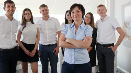 spolupracovníci : Portrait of Successful Executive stand on background business team at work in room