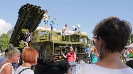 harcias : Kherson, Ukraine 24 August 2017: people are photographed on mobile phone near large military car in Kherson, 24 August 2017 in open air Stock mozgókép
