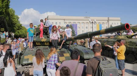 harcias : Kherson, Ukraine 24 August 2017: children with parents are viewing large open-air tank in Kherson, 24 August 2017 into city in summer Stock mozgókép