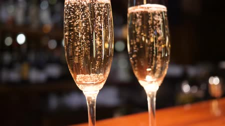 desfocado : glasses with champagne with Bubbles Rising Up on unfocused background close-up Stock Footage