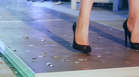 sandalet : female legs in black shiny shoes on heeled walking along podium on fashion show close-up